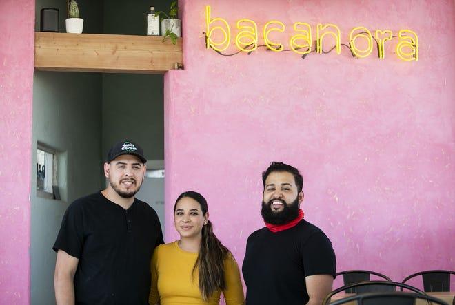 5 de marzo de 2021;  Phoenix, Arizona, Estados Unidos;  (De izquierda a derecha) Los copropietarios Armando Hernandez, Nadia Holguín y el Chef René Andrade posan para una foto en su restaurante Bacanora el 5 de marzo de 2021. Crédito: Meg Potter / The Arizona Republic