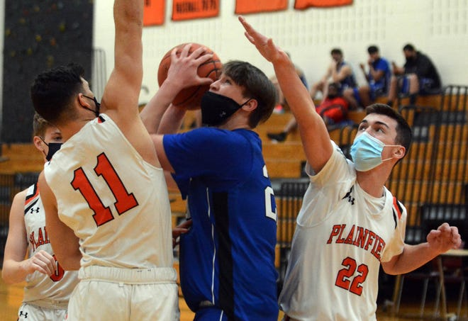 Putnam's Colby Livingston shoots between Plainfield's Elijah Brady, left, and Liam Smith Friday during Plainfield's 69-50 win in Plainfield.
