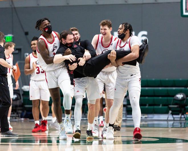 The SUU mens basketball team celebrates after winning the Big Sky regular season championship on Saturday.