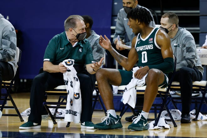 Michigan State coach Tom Izzo talks to forward Aaron Henry during the second half of the 69-50 loss to Michigan at Crisler Center in Ann Arbor, March 4, 2021.