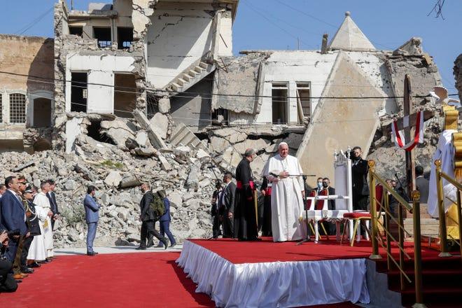 Paus Fransiskus, yang dikelilingi oleh puing-puing gereja yang hancur, tiba untuk berdoa bagi para korban perang di Lapangan Gereja Hosh al-Bieaa, di Mosul, Irak, yang pernah menjadi ibu kota de facto ISIS, Minggu, 7 Maret 2021.