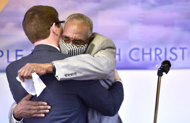 Pengacara Solomon M. Radner, kiri, memeluk eksonere Bernard Young, yang menghabiskan 28 tahun penjara karena kejahatan yang tidak dilakukannya.