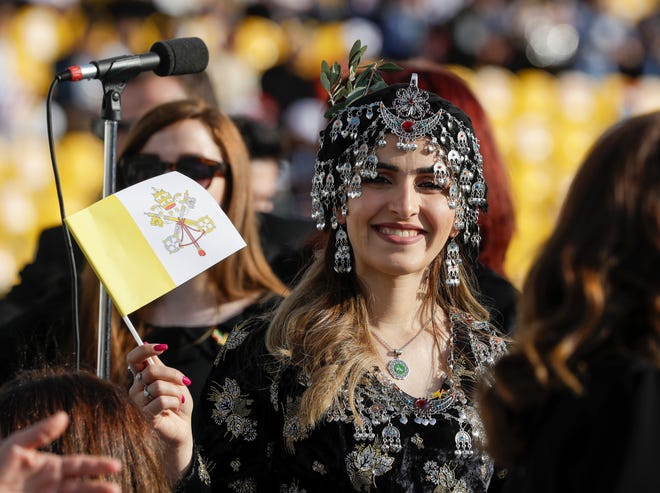 Umat menunggu Paus Fransiskus merayakan Misa di Stadion Franso Hariri di Irbil, Wilayah Kurdistan Irak, Minggu 7 Maret 2021.