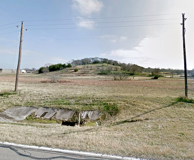 This 6.32-acre property along U.S. Highway 67 received approval for a zoning change and specific-use permit for a storage facility and office space during the March 4 meeting of the Midlothian Planning and Zoning Commission. The property is located on the southeast side of the highway between the Walmart Supercenter and Tractor Supply Co.