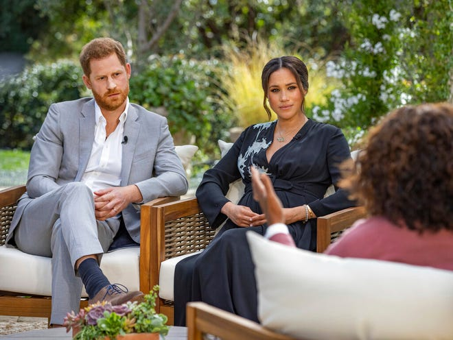 Gambar yang disediakan oleh Harpo Productions ini menunjukkan Pangeran Harry dan Meghan, Duchess of Sussex, dalam percakapan dengan Oprah Winfrey.