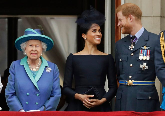 Dalam file foto Selasa, 10 Juli 2018 ini, Ratu Inggris Elizabeth II, dan Meghan the Duchess of Sussex serta Pangeran Harry menyaksikan pesawat terbang Royal Air Force melewati Istana Buckingham di London.