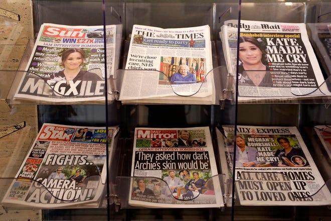 Koran dijual di luar toko di London, Senin.