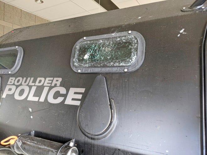 Minggu ini, 7 Maret 2021, foto yang dirilis oleh City of Boulder menunjukkan jendela retak dari kendaraan patroli lapis baja ringan Terradyne.
