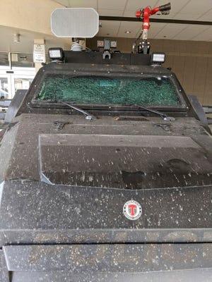 Minggu ini, 7 Maret 2021, foto yang dirilis oleh City of Boulder menunjukkan kaca depan kendaraan patroli lapis baja ringan Terradyne yang hancur di Departemen Kepolisian Boulder di Boulder, Colo.
