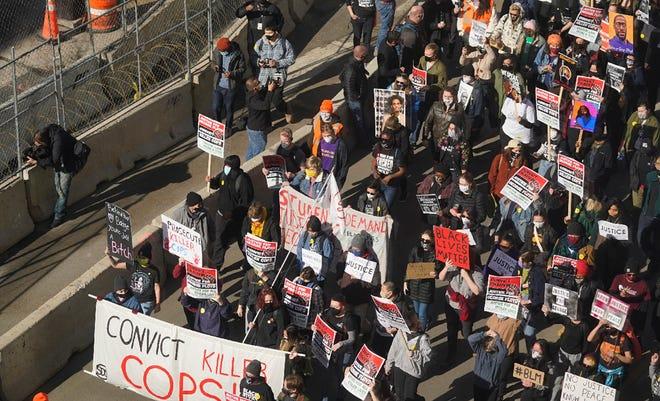 Ratusan demonstran berbaris melalui Minneapolis menyusul protes di dekat Pusat Pemerintah Kabupaten Hennepin, Senin, 8 Maret 2021, di Minneapolis di mana persidangan untuk mantan petugas polisi Minneapolis Derek Chauvin dimulai dengan pemilihan juri.
