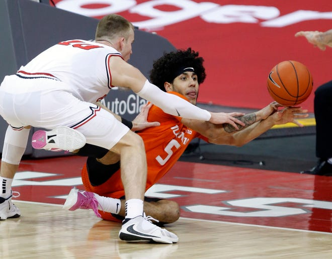 Illinois guard Andre Curbelo, right, passes against Ohio State forward Justin Ahrens during the second half of Saturday's  game in Columbus, Ohio.