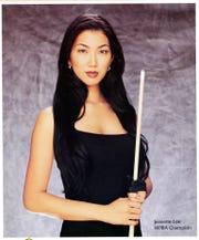 "Billiards Championship의 우승자 인 Janet Lee는 ""블랙 위도우,"" 그녀는 거의 20 년 동안 인디애나 폴리스 홈 쇼에서 당구 실력을 보여주었습니다."