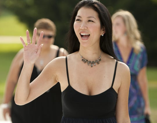 "Janet Lee, ""블랙 위도우,"" Garth Brooks가 공동 설립하고 Riley Children 's Hospital을 사용하는 자선 단체 인 Teammates for Kids를 위해 친구에게 손을 흔들고 있으며, 특히 Lucas Estate, Carmel, 2012 년 5 월 25 일 금요일."