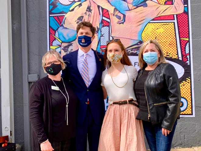 """From left, Center of Hope Director Cindy Sims, Columbia Mayor Chaz Molder, American Idol's Cassandra Coleman and Tennessee Coalition to End Domestic & Sexual Violence Executive Director Kathy Walsh stand in support of ending dating violence in front of Center of Hope's new """"Be The Friend"""" mural located outside of the nonprofit's new East 7th Street facility."""