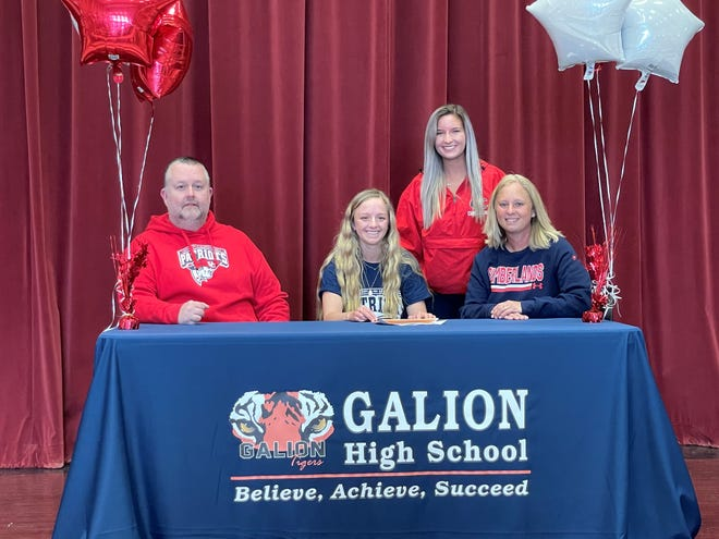Kaisey Speck signs her letter of intent to further her swimming career at the University of the Cumberlands.  (L to R): father Chad, Kaisey, sister Kennedy, mother Brooke