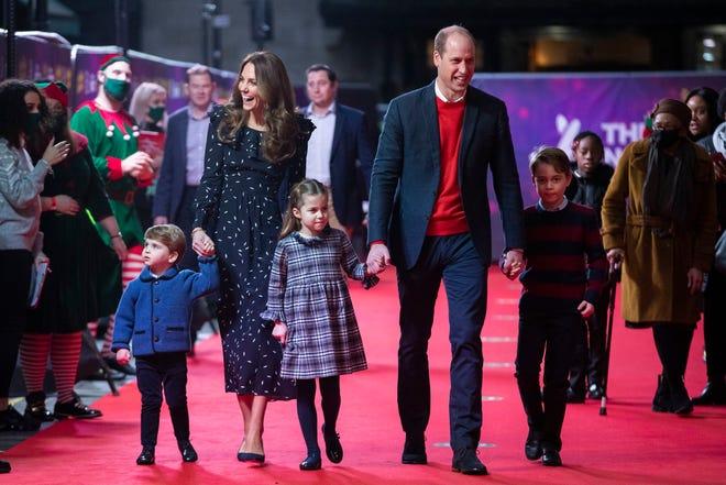 Pangeran William dan Kate Inggris, Duke dan Duchess of Cambridge dan anak-anak mereka, Pangeran Louis, kiri, Putri Charlotte dan Pangeran George tiba untuk pertunjukan pantomim khusus di Teater Palladium London, 11 Desember 2020.