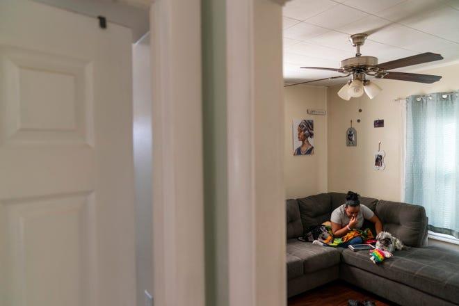Darelyn Maldonado, 12, duduk di sofa bersama anjingnya, Lisa, di rumahnya di Pawtucket, RI, Rabu, 3 Maret 2021. Maldonado, siswa kelas tujuh, telah keluar dari sekolah tatap muka selama setahun sejak pandemi dimulai. Dia merasa seperti dia kehilangan teman selama setahun terakhir, telah melewatkan bermain softball yang dia sukai dan hanya ingin hidupnya kembali normal.