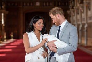 Pangeran Harry dan Meghan dari Inggris, Duchess of Sussex, dengan putra mereka yang baru lahir Archie, di St George's Hall di Kastil Windsor, Windsor, 8 Mei 2019.