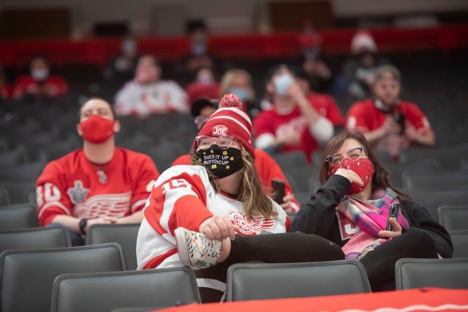 Penggemar menunggu dimulainya pertandingan antara Detroit Red Wings dan Tampa Bay Lightning, di Little Caesars Arena, Detroit, 9 Maret 2021. Sebanyak 750 penggemar diizinkan masuk ke dalam permainan karena pembatasan COVID-19.
