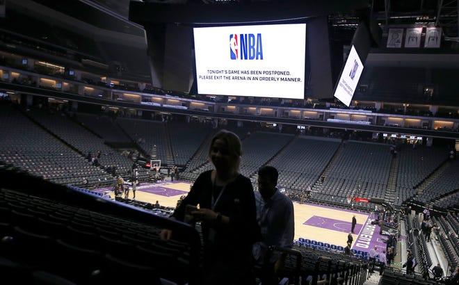 FILE - Pada file foto 11 Maret 2020 ini, para penggemar meninggalkan Golden 1 Center setelah pertandingan bola basket NBA antara New Orleans Pelicans dan Sacramento Kings di Sacramento, California, ditunda pada menit-menit terakhir karena virus corona.