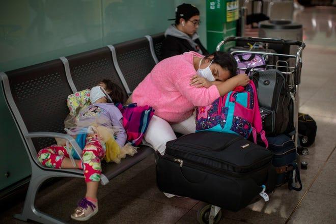 Penumpang beristirahat di bandara Barcelona, Spanyol, pada 12 Maret 2020. Presiden Donald Trump, yang telah meremehkan virus corona selama berminggu-minggu, tiba-tiba mengeluarkan nada yang berbeda, mengumumkan aturan ketat tentang pembatasan perjalanan dari sebagian besar Eropa untuk dimulai akhir pekan ini.