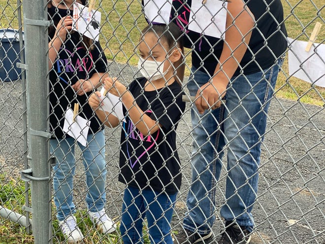 SES students pin prayers on school fence as part of their Pin Your Prayer event.