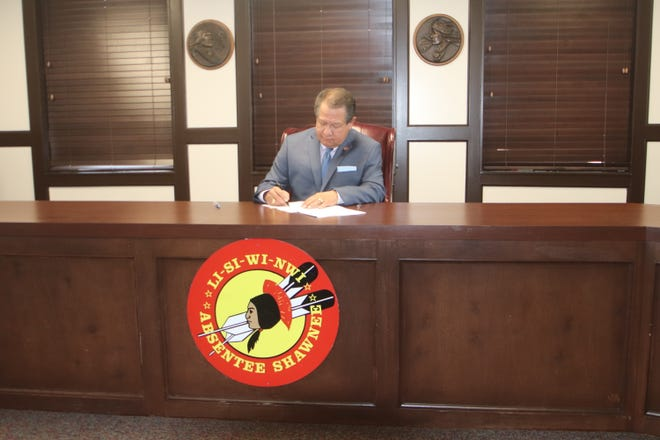 Governor John Johnson signs Atoka Water Pipeline settlement