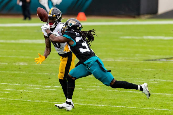 Jaguars cornerback Tre Herndon (37) breaks up a pass in the first quarter against the Steelers in November. The Jaguars re-signed Herndon on Friday.