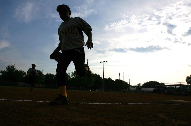 05-14-09 -- Tuscaloosa, Ala. -- Players run off the field at the Benjamin-Barnes YMCA baseball field in Tuscaloosa, Ala. Thursday, May 14, 2009.  (Dusty Compton / Tuscaloosa News)
