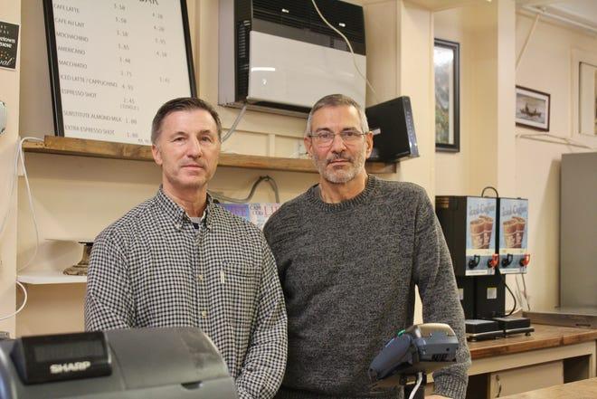 Chuck Stanko (à esquerda) e George Carroll administraram uma padaria em Delaware por 11 anos antes de assumir as operações da padaria portuguesa em Provincetown, com cerca de 90 anos.