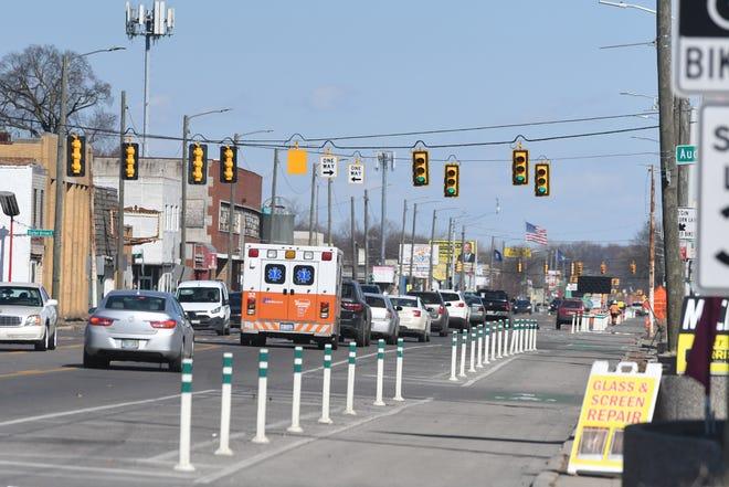 Pengemudi melakukan perjalanan di sepanjang East Warren Avenue dekat Three Mile Drive pada hari Jumat, 12 Maret 2021. Rencana Kerangka Kerja Lingkungan Warren Cadieux Timur berharap dapat memperbaiki lingkungan tersebut.