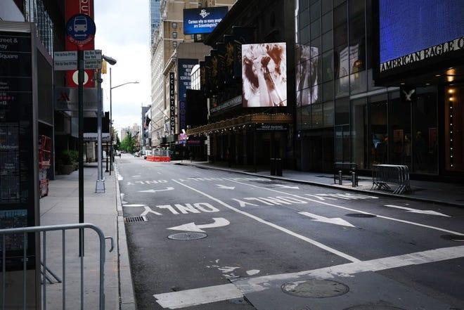 Teater Broadway berdiri ditutup di sepanjang jalan kosong di distrik teater pada 30 Juni 2020, di New York City.