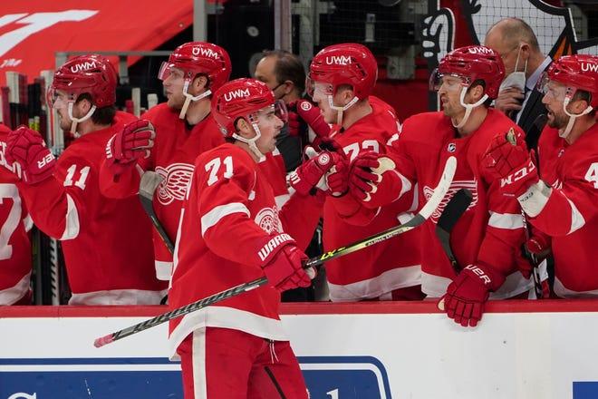Center Detroit Red Wings Dylan Larkin (71) merayakan golnya melawan Tampa Bay Lightning di babak pertama.