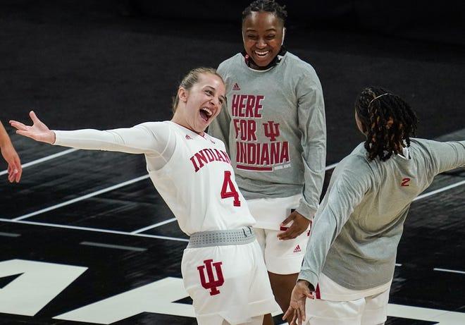 La guardia de los Indiana Hoosiers Nicole Cardano Hillary (4) extiende sus brazos y sonríe con la guardiana de calcetines de Indiana Keyanna Warthen (2) durante el Big Ten Championship, el jueves 11 de marzo de 2021 en Bankers Life Fieldhouse en el centro de Indianápolis.