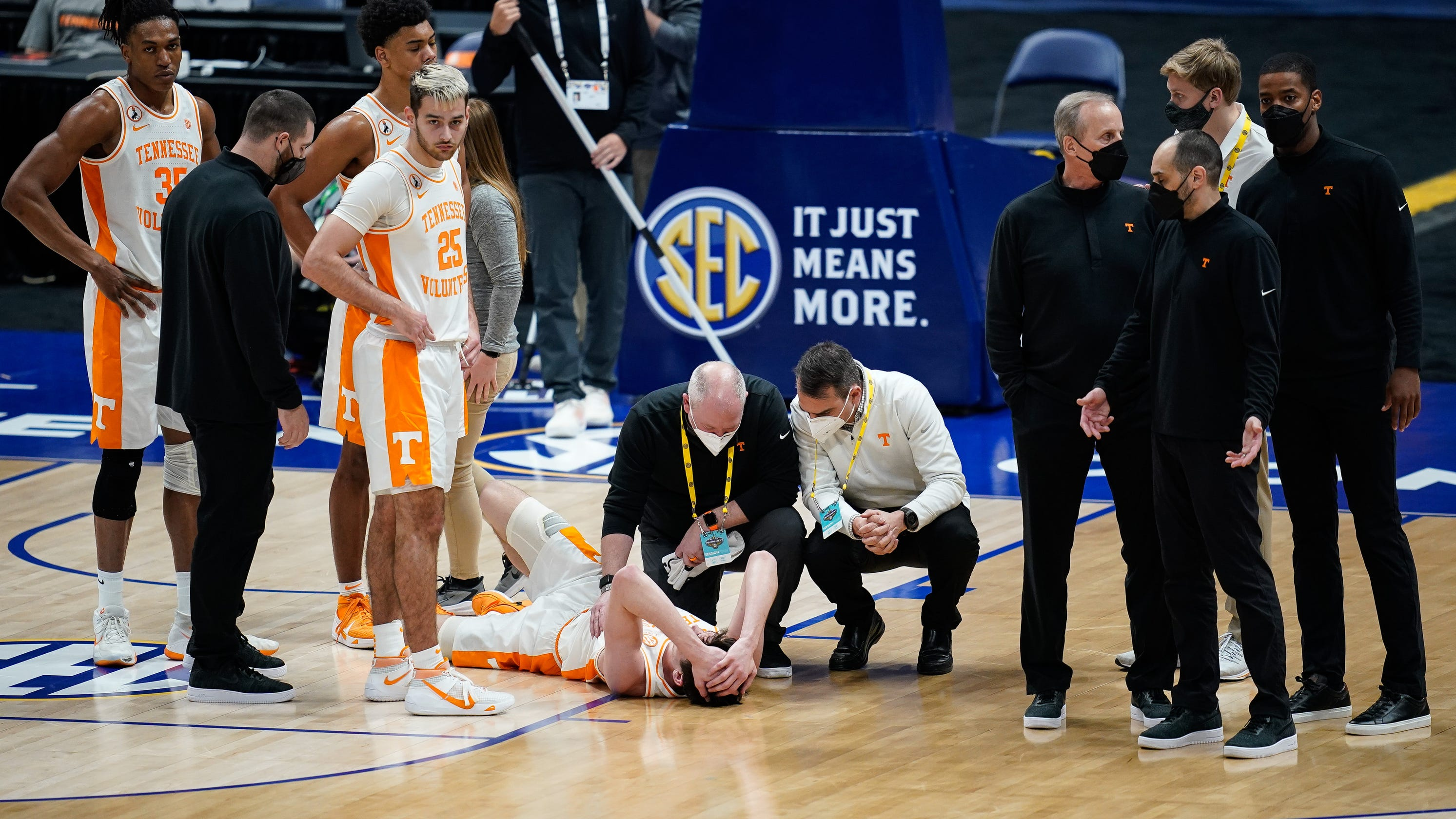 John Fulkerson doubtful to play for Tennessee basketball vs. Alabama after 'dirty play' - Knoxville News Sentinel