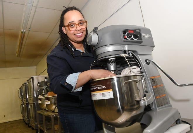 Garnet Terri, pemilik Terri's Cakes Detroit, dengan mixer dan oven ukuran komersial di ruang bisnis East Warren Avenue di Detroit pada hari Sabtu, 13 Maret 2021. Terri, berencana untuk buka pada September 2021.