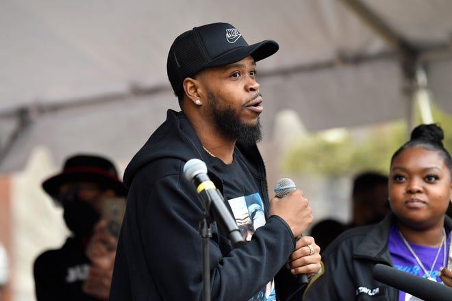 Kenneth Walker, pacar Breonna Taylor, berbicara kepada sekelompok pengunjuk rasa yang berkumpul di Jefferson Square Park pada peringatan satu tahun kematiannya di Louisville, Ky., Sabtu, 13 Maret 2021.