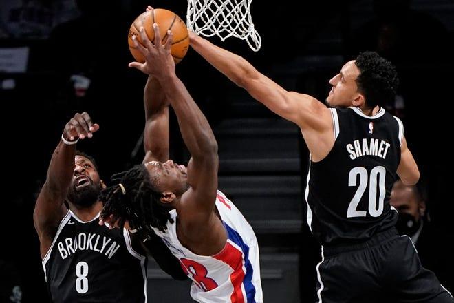 Penyerang Brooklyn Nets Jeff Green (8) dan guard Landry Shamet (20) bersaing dengan guard Detroit Pistons Saben Lee (38) untuk mendapatkan rebound pada babak pertama.