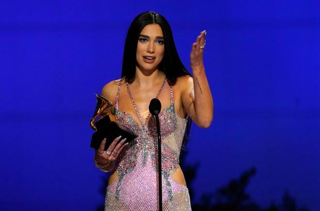 """Dua Lipa menerima penghargaan untuk album vokal pop terbaik untuk """"Nostalgia Masa Depan"""" pada Penghargaan Grammy tahunan ke-63 di Los Angeles Convention Center pada hari Minggu, 14 Maret 2021."""