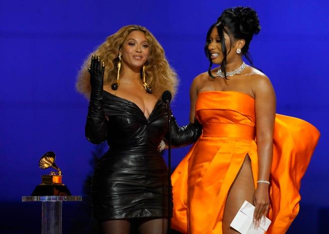 """Beyonce, kiri, dan Megan Thee Stallion menerima penghargaan untuk lagu rap terbaik """"Kejam"""" pada Penghargaan Grammy tahunan ke-63 di Los Angeles Convention Center pada hari Minggu, 14 Maret 2021. (Foto AP / Chris Pizzello)"""