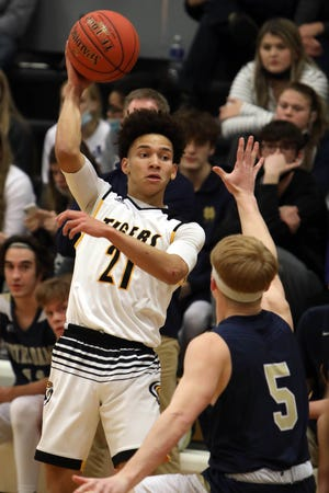 New London High School's Blaise Porter (21) passes the ball during the first half of their game against Notre Dame High School, Tuesday Jan. 5, 2021 at New London.