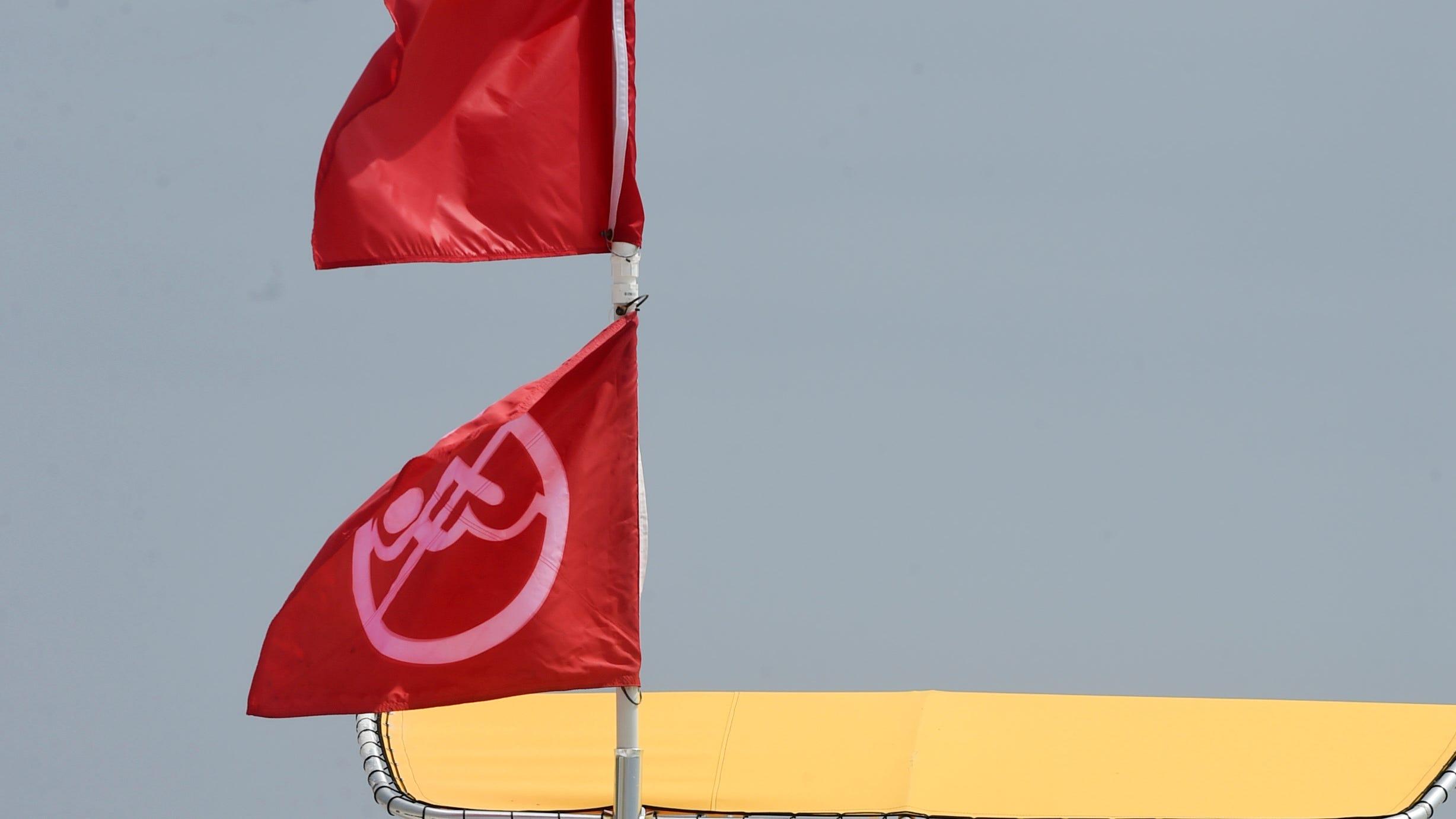 Las duras pruebas de surf del martes provocaron que la seguridad de la playa ondeara banderas rojas dobles en la playa.
