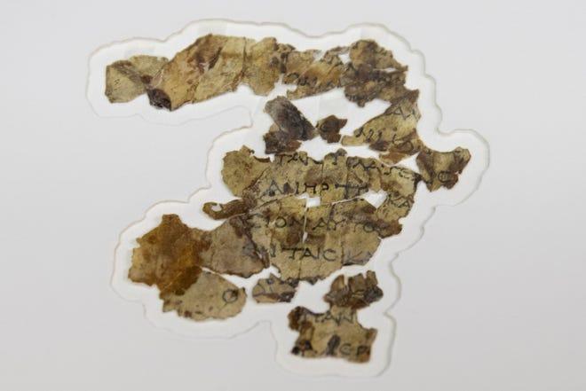 Arkeolog Israel pada hari Selasa, 16 Maret 2021, mengumumkan penemuan lusinan fragmen Gulungan Laut Mati baru yang memuat teks alkitabiah yang ditemukan di sebuah gua gurun dan diyakini tersembunyi selama pemberontakan Yahudi melawan Roma hampir 1.900 tahun yang lalu.