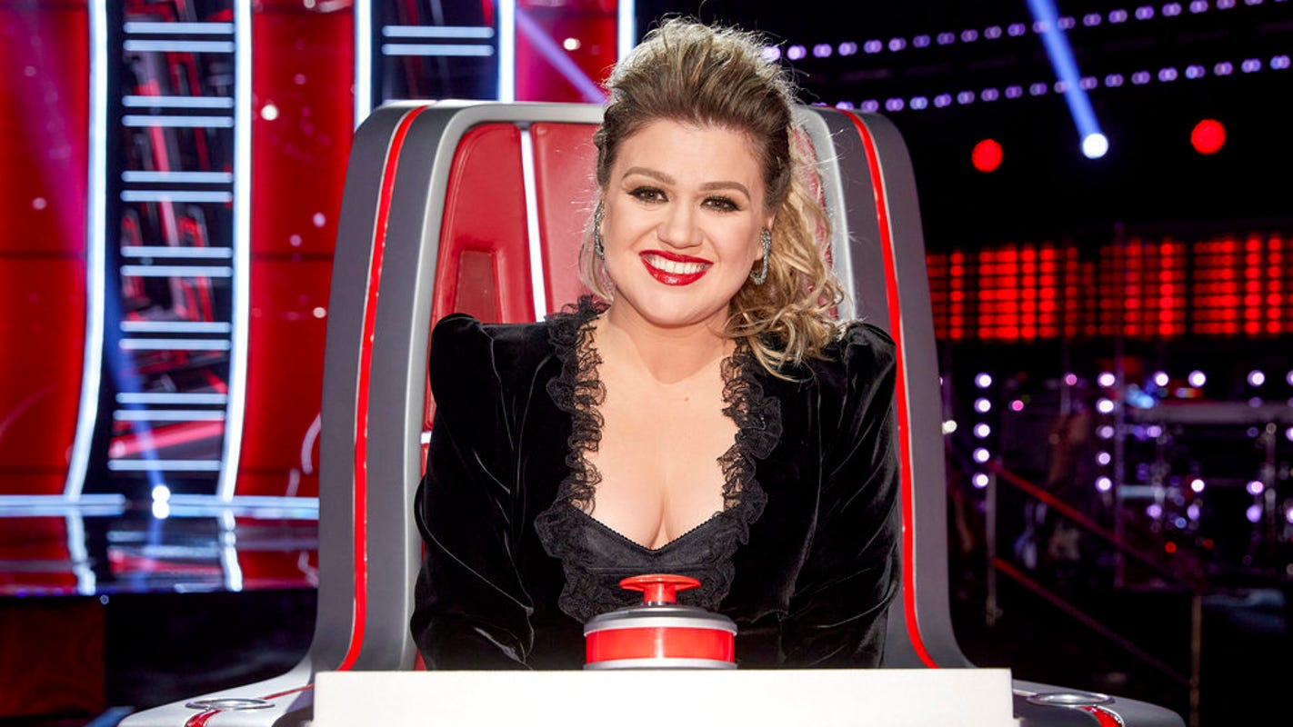 Kelly Clarkson returns to 'The Voice,' cries after singer 'killed my song in front of me' – USA TODAY