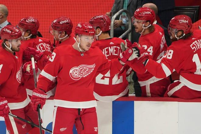 Sayap kiri Detroit Red Wings Adam Erne (73) merayakan golnya melawan Carolina Hurricanes pada babak pertama pertandingan hoki NHL Selasa, 16 Maret 2021, di Detroit.