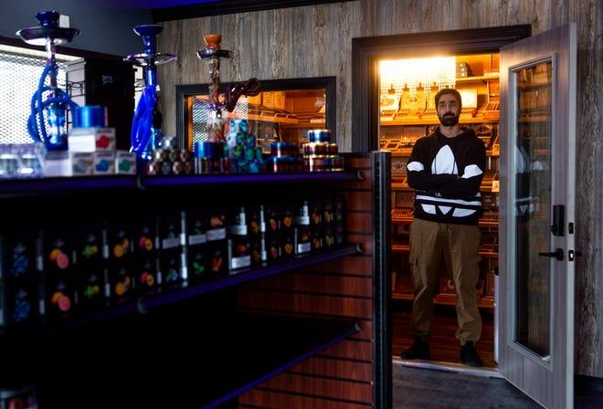 Musab Nofal, dari Baltimore dan pemilik Royal Lounge Lancaster, berdiri di ambang pintu Humidor di dalam Royal Lounge Lancaster di Pusat Perbelanjaan Plaza di Lancaster. Nofal mengatakan toko tersebut berfokus pada penjualan semua hal yang berhubungan dengan tembakau termasuk tembakau pipa dan pipa serta cerutu.