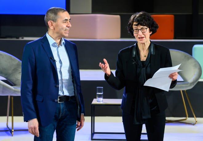 Ozlem Tureci, kanan, dan Ugur Sahin, pendiri pengembang vaksin virus Corona BioNTech, menyampaikan sambutan saat upacara Penghargaan Axel Springer yang disiarkan di Internet, Kamis, 18 Maret 2021.