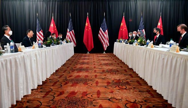 El ministro de Relaciones Exteriores Anthony Blinken, segundo desde la derecha, acompañado por el Asesor de Seguridad Nacional Jake Sullivan, derecha, hablando mientras se enfrenta al Jefe de Relaciones Exteriores del PCCh, Yang Jiechi, segundo desde la izquierda, y al Consejero de Estado Wang Yi, izquierda, en la sesión de apertura de las conversaciones. Un chino-estadounidense en el hotel Captain Cook en Anchorage, Alaska, el jueves 18 de marzo de 2021.