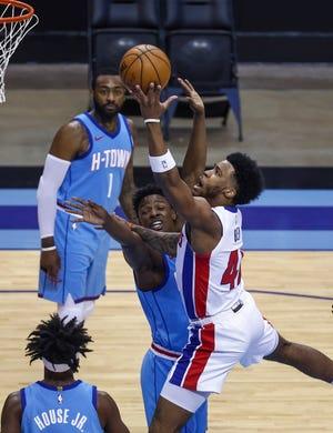 Penyerang Detroit Pistons Saddiq Bey (41) menembak saat penyerang Houston Rockets Jae'Sean Tate (8) bertahan pada kuarter pertama. AP)