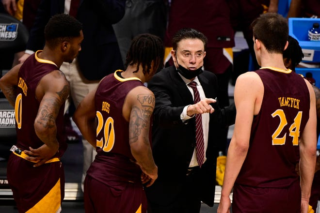Iona Gaels head coach Rick Pitino talks to his team against the Alabama Crimson Tide during the first round of the 2021 NCAA Tournament at Hinkle Fieldhouse.